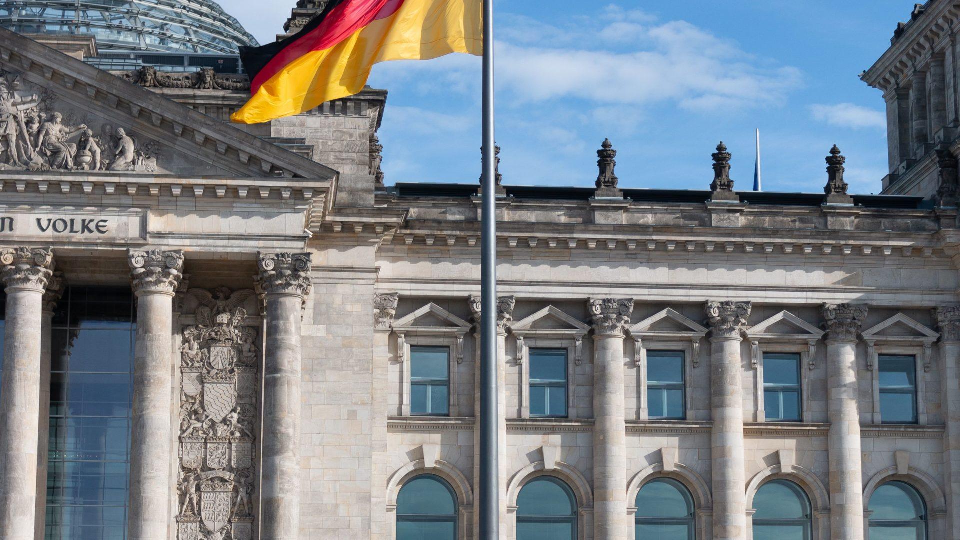 Innenministerium fordert - Untersuchung gegen Merkel