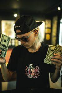 Werfen wir mit Geld um uns