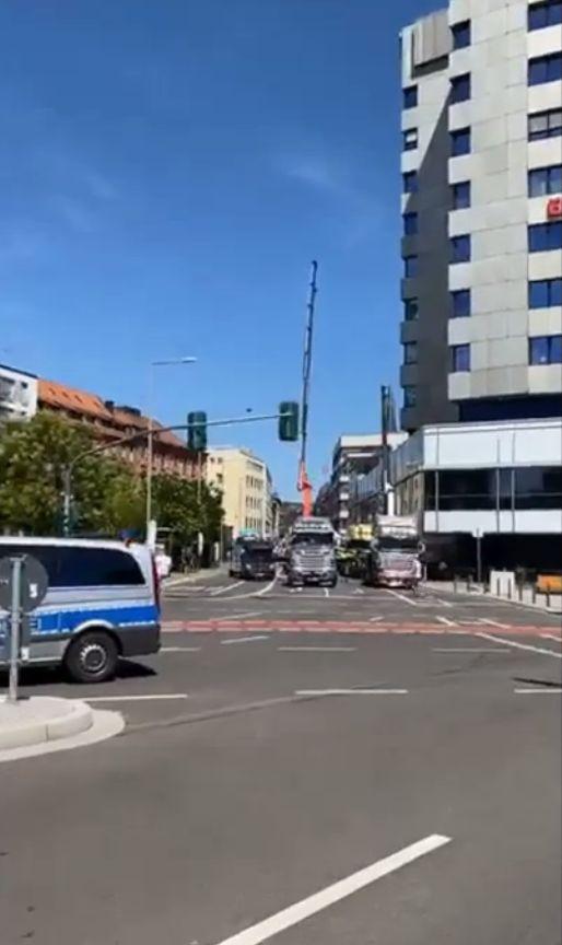 Berlin-Schausteller-legen-den-Verkehr-mit-LKWs-lahm